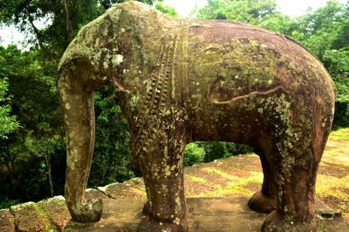 There are guardian elephants posted on the corners of the first and second tiers of this temple.
