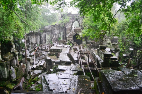 A few meters of walking along a muddy trail, we arrived at the collapsed entrance of Prasat Beng Mealea.