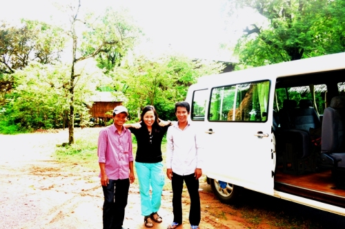 Souvenir shot with our humorous tour guide, Reah (the one in lilac shirt) and nice driver,Toy (yup, that's his name).