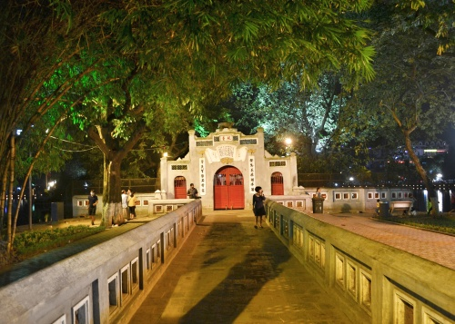 The third gate to the temple is closed at night but you can visit in the morning and pay US$1 or VND20,000. Meanwhile, enjoy the beauty and peace of this place at this time when there are less tourists to vie with for a good shot.