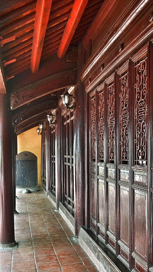 The gorgeous wooden hallway inside the compound of the Tran Quoc Pagoda.